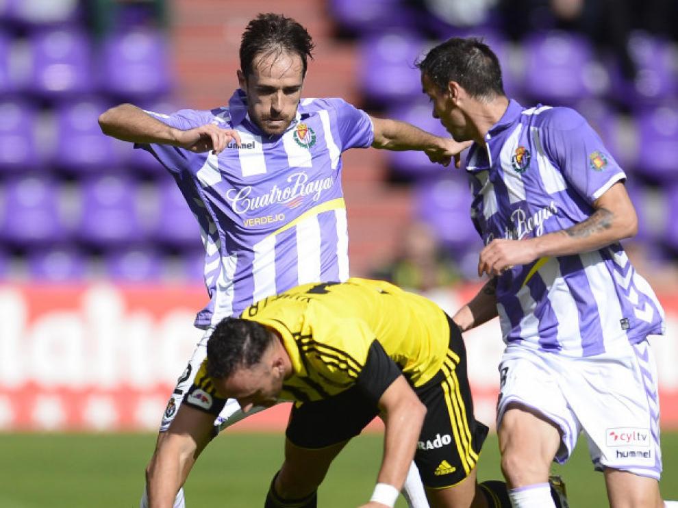 Jordi Xumetra cae al césped de Zorrilla en una disputa con dos futbolistas del Valladolid el pasado domingo por la mañana.