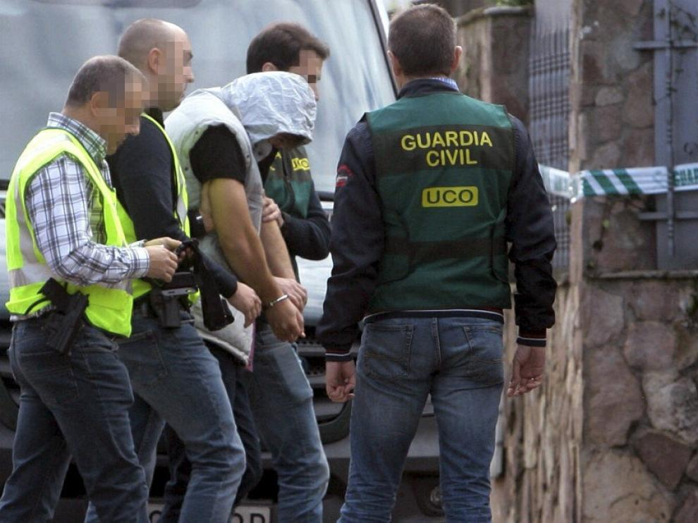 Patrick Nogueira a su llegada al chalet de la localidad guadalajareña donde aparecieron muertos sus tíos y los hijos de estos.