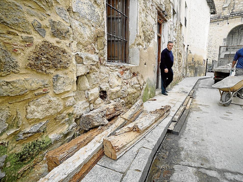 El alcalde, Ángel Gracia, observa las vigas carcomidas en un edificio invadido por las termitas.