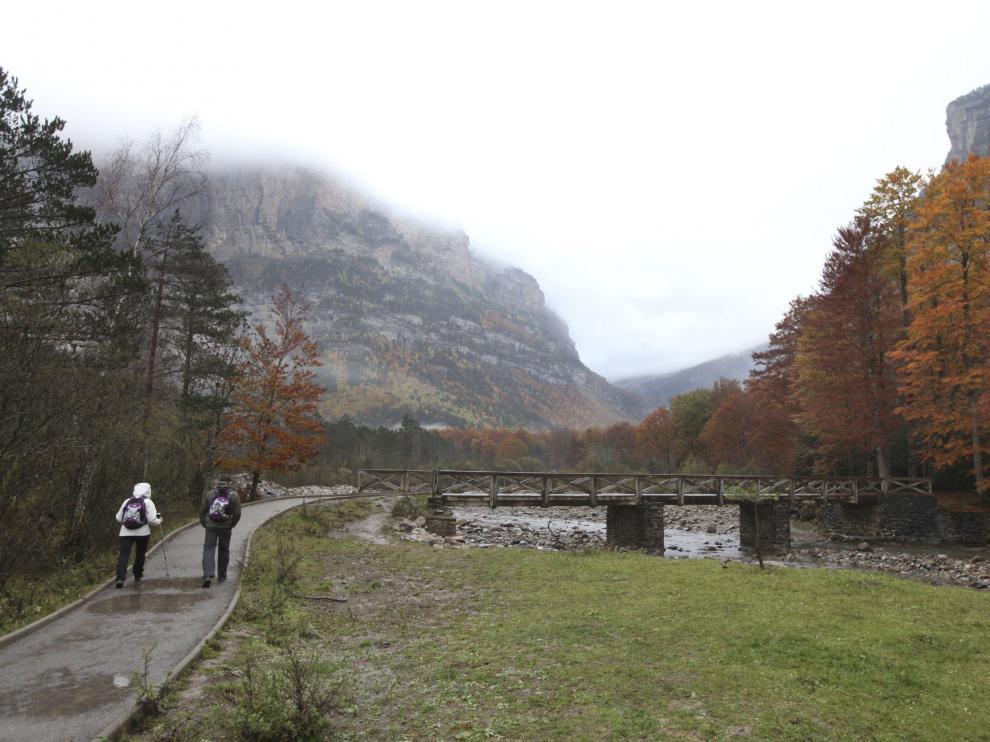 Dos senderistas caminan por el Parque Nacional de Ordesa (Huesca), en una imagen tomada el pasado otoño.