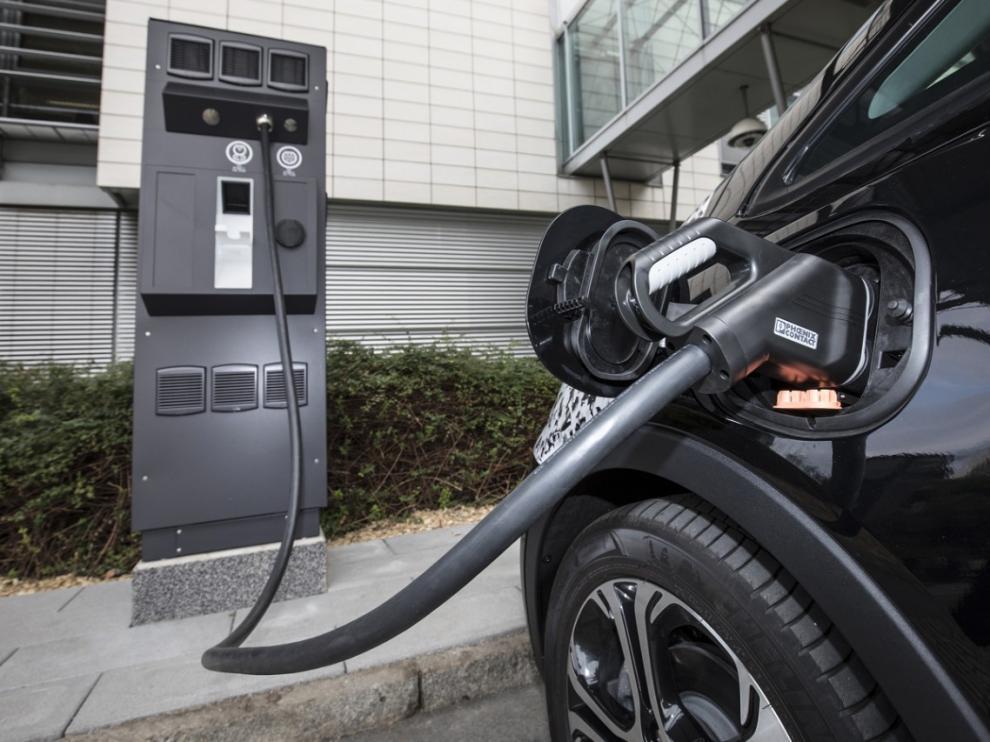 Con el cargador monofase suministrado con el coche se puede cargar tanto a 3,6 kW, como a 7,2 kW en estas estaciones de corriente alterna.