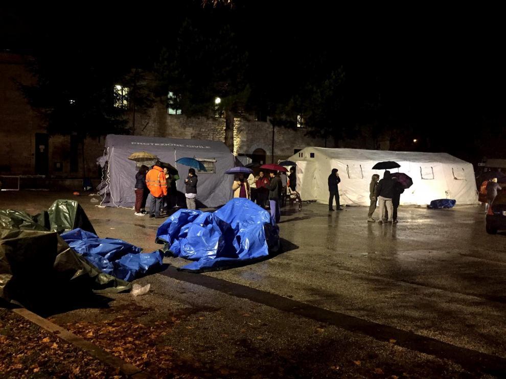 Varias personas evacuadas pasan la noche en tiendas de campaña en Camerino, Italia.