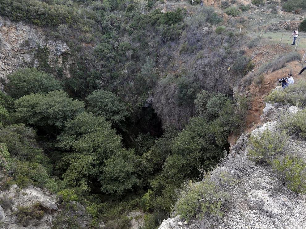 Varios cámaras de televisión toman imágenes de la sima donde agentes del Servicio de Protección de la Naturaleza (Seprona) han localizado el cadáver desnudo de una joven en las inmediaciones de la localidad valenciana de Chella.