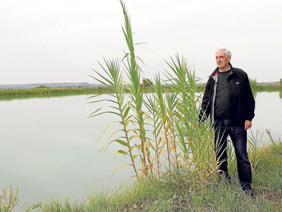 José Luis Pérez junto a una de las cientos de balsas particulares del sistema de riego.