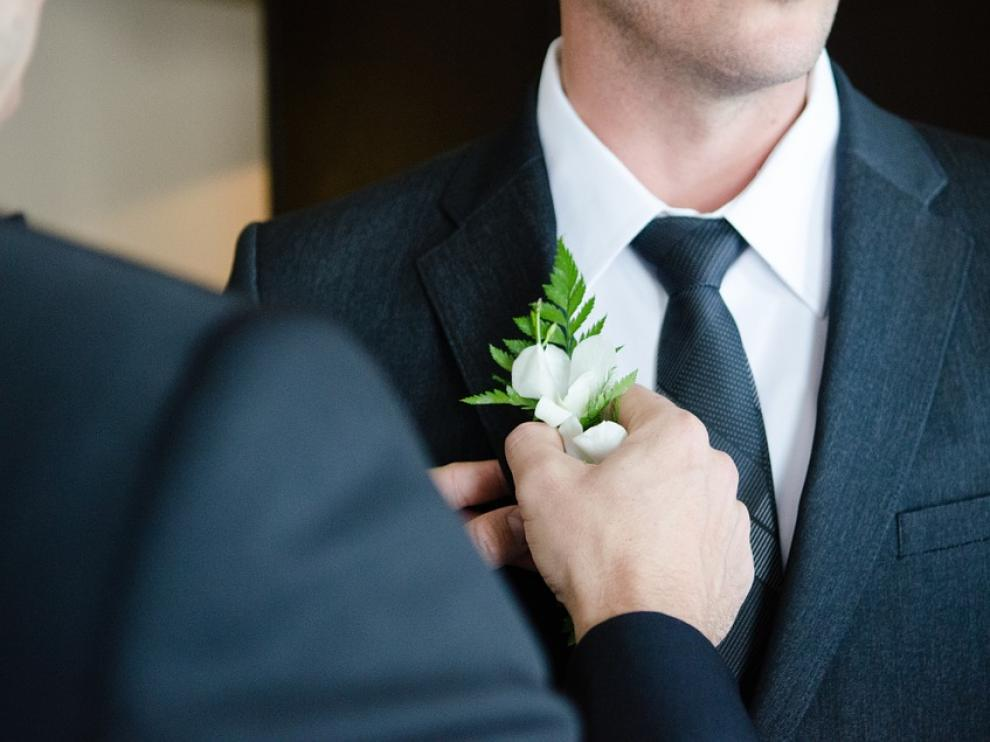 El ojal del novio debe ser un pequeño detalle a juego con el ramo.