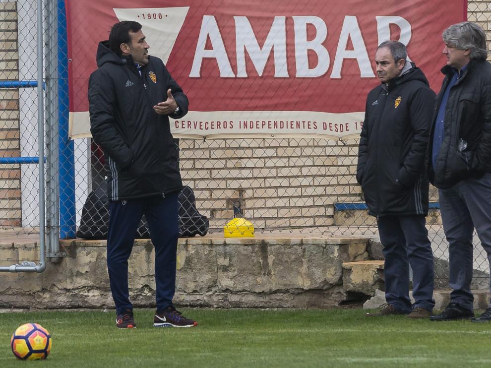 Raúl Agné dialoga con Narciso Juliá y Albert Valentín, en la mañana de este domingo en la Ciudad Deportiva, antes del entrenamiento posterior al triunfo frente al Almería en el estreno del nuevo técnico.