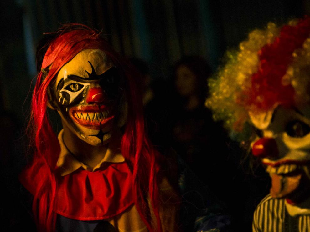 Fotografía del 28 de octubre de 2016 muestra a dos personas disfrazados de payasos siniestros durante la celebración de Los Agüizotes, en la ciudad de Masaya (Nicaragua).