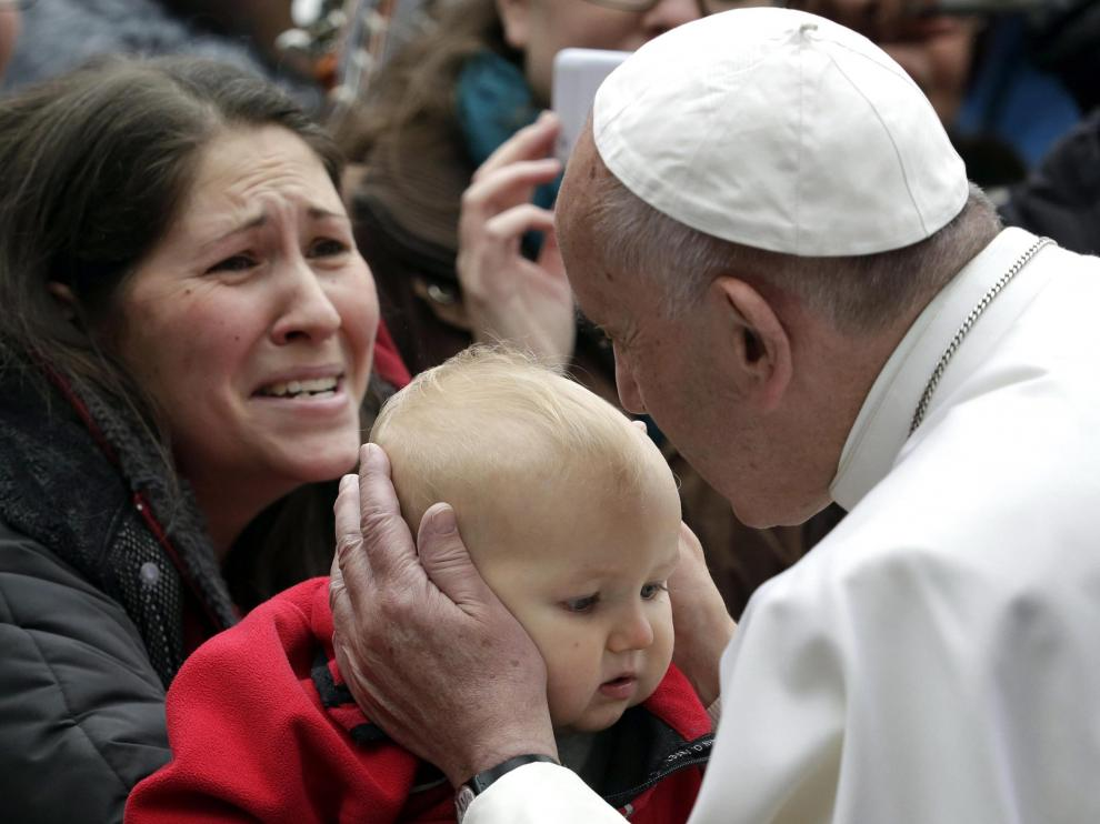 El Papa Francisco besa a un niño durante su visita a Lund, Suecia.