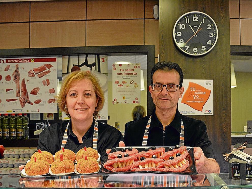 Esther Gracia y Alberto Bernad, de la carnicería Los Porches, con alguna de sus creaciones para Halloween.
