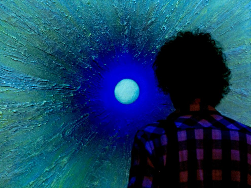 Un visitante contempla una obra de la exposición 'Orús, la búsqueda de la luz'.