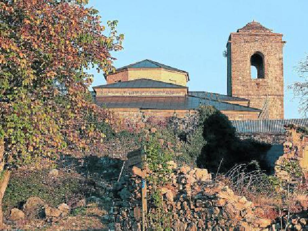Se actuará en la torre, el claustro y las cubiertas de la iglesia. Entre los tres elementos, está el andamio.