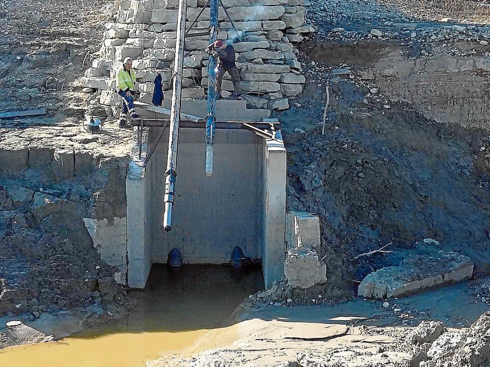 Trabajos de colocación de la nueva bomba de captación de agua en el embalse de Barasona