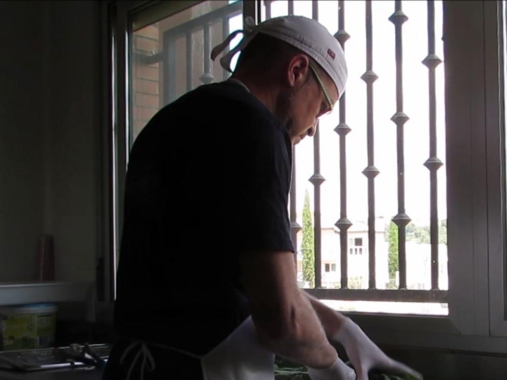 José Luis Cabrero, en la cocina del centro.