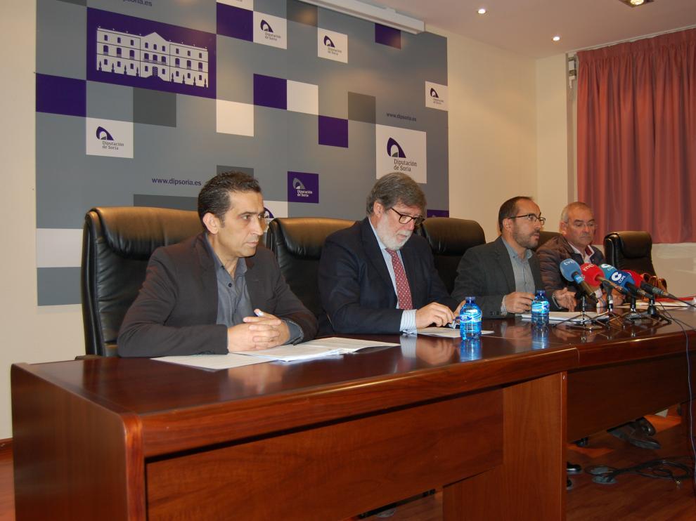 De izquierda a derecha, Vicente Andrés (CC. OO.), Santiago Aparicio (FOES), Luis Rey (Diputación de Soria) y Evelio Angulo (UGT), durante la reunión de este viernes.