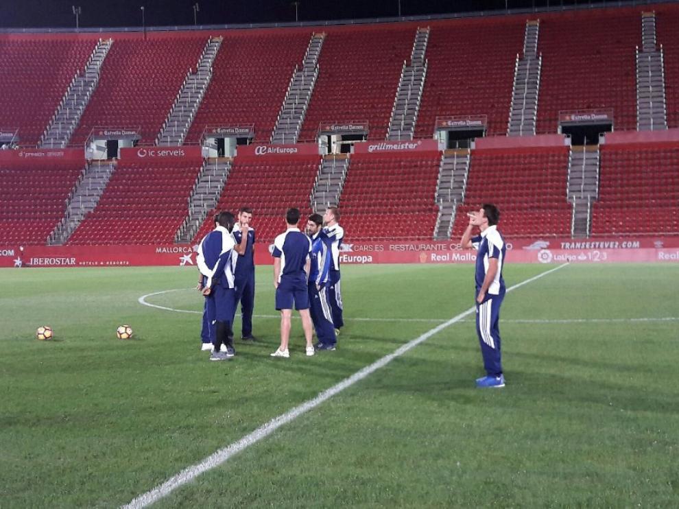 Los jugadores del Real Zaragoza, en el césped de Son Moix