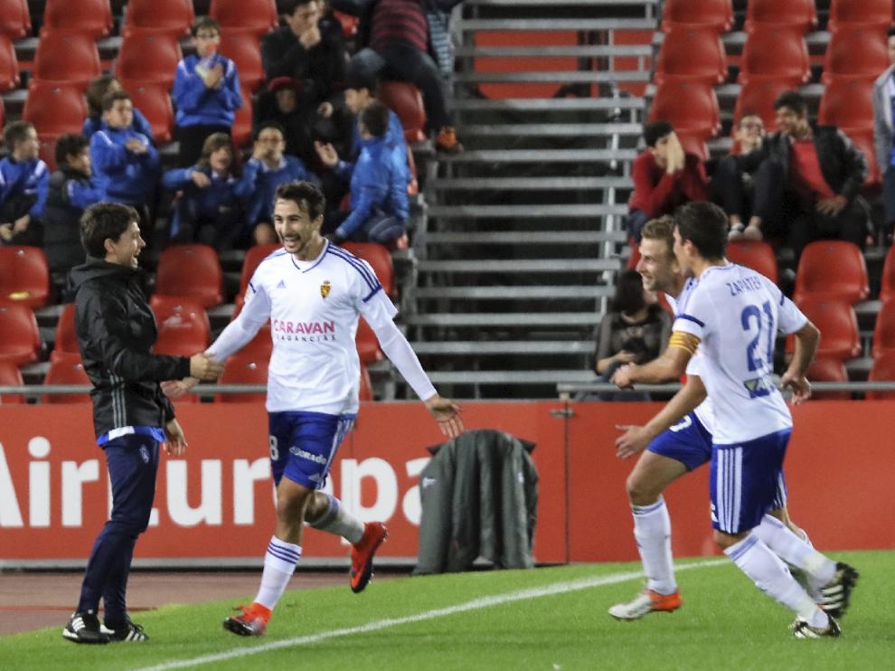 Juan Muñoz, eufórico, instantes después de marcar su golazo, se dirige al banquillo para celebrarlo. Zapater y Barrera acuden sonrientes.