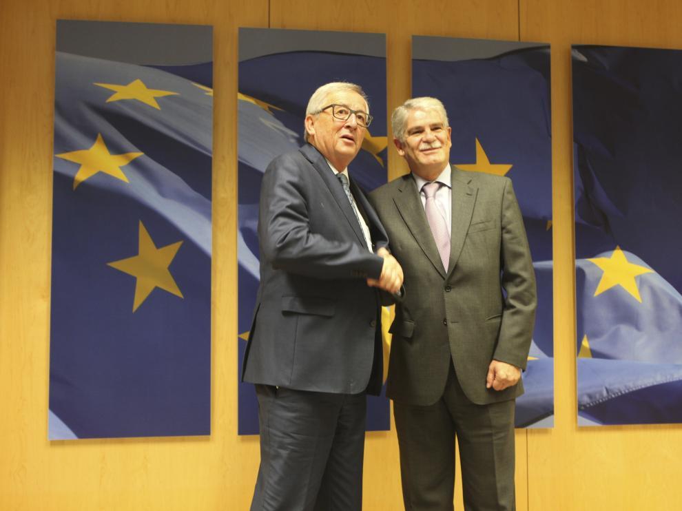 El nuevo ministro de Exteriores, Alfonso Dastis, este lunes en Bruselas con Jean Paul Juncker.