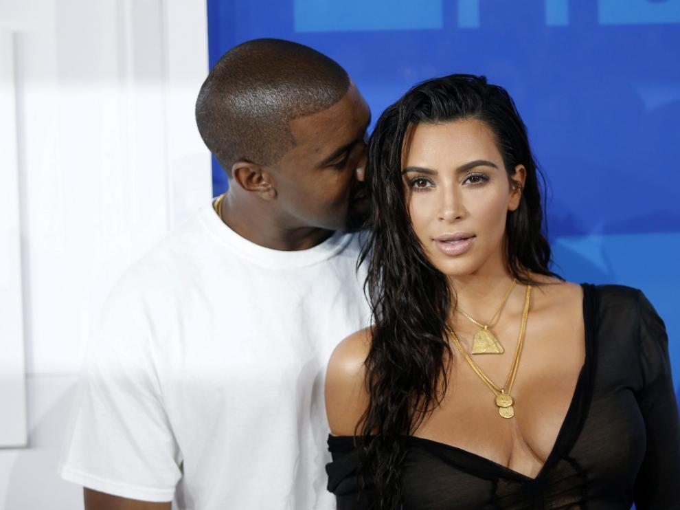 Kim Kardashian y su marido.