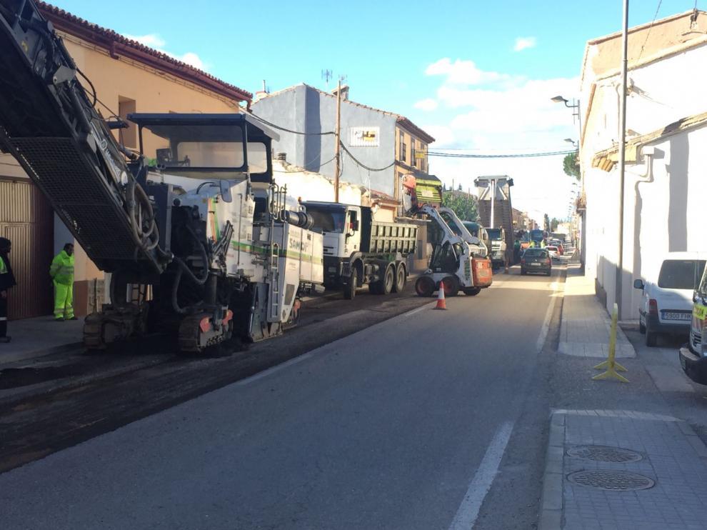 Los trabajos de mejora del asfalto obligan a dar paso alternativo al tráfico.