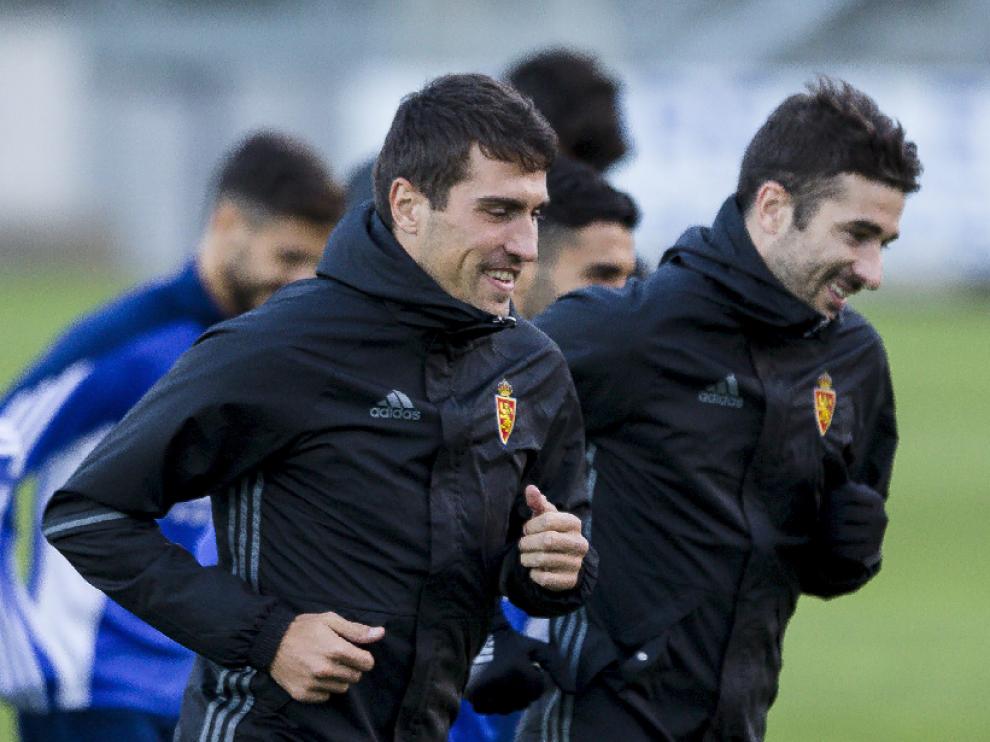 Alberto Zapater y Cani, sonrientes, en el entrenamiento del Real Zaragoza al regreso de Mallorca, en la tarde del domingo.