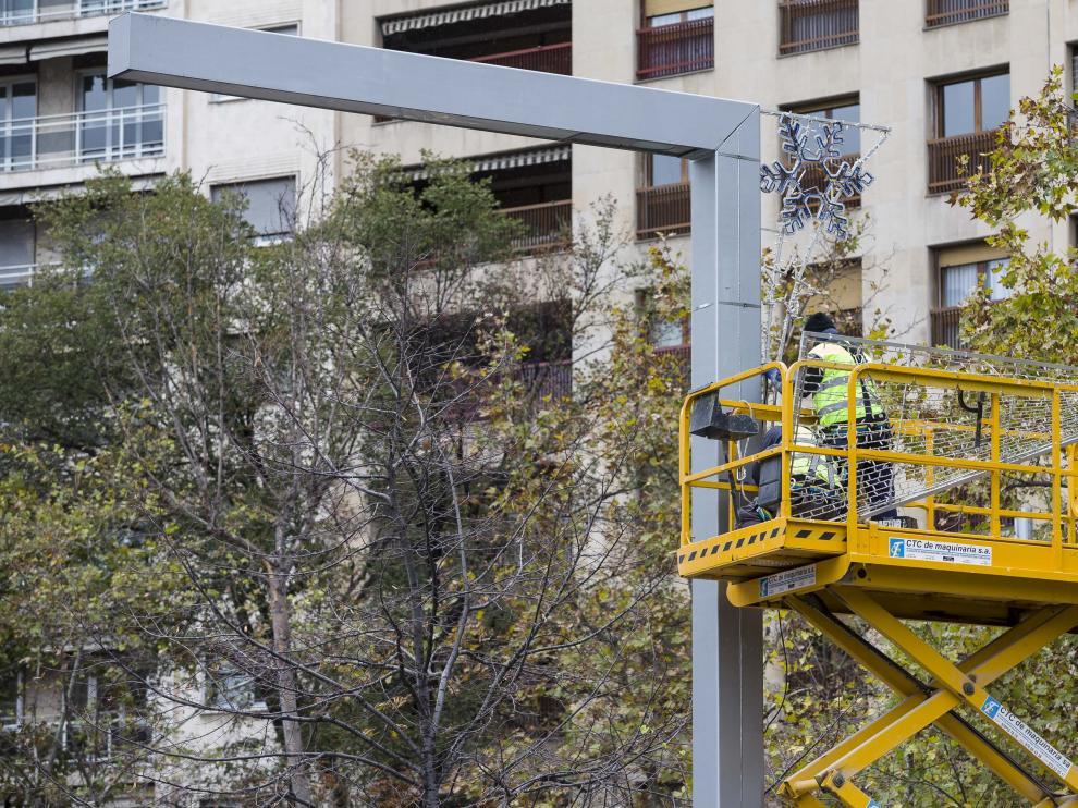 Operarios municipales ponían ayer las luces en la plaza de Aragón.