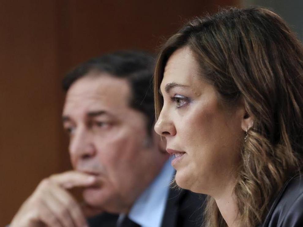 La portavoz y consejera de Agricultura, Milagros Marcos (d), durante la rueda de prensa ofrecida tras la reunión del Consejo de Gobierno.