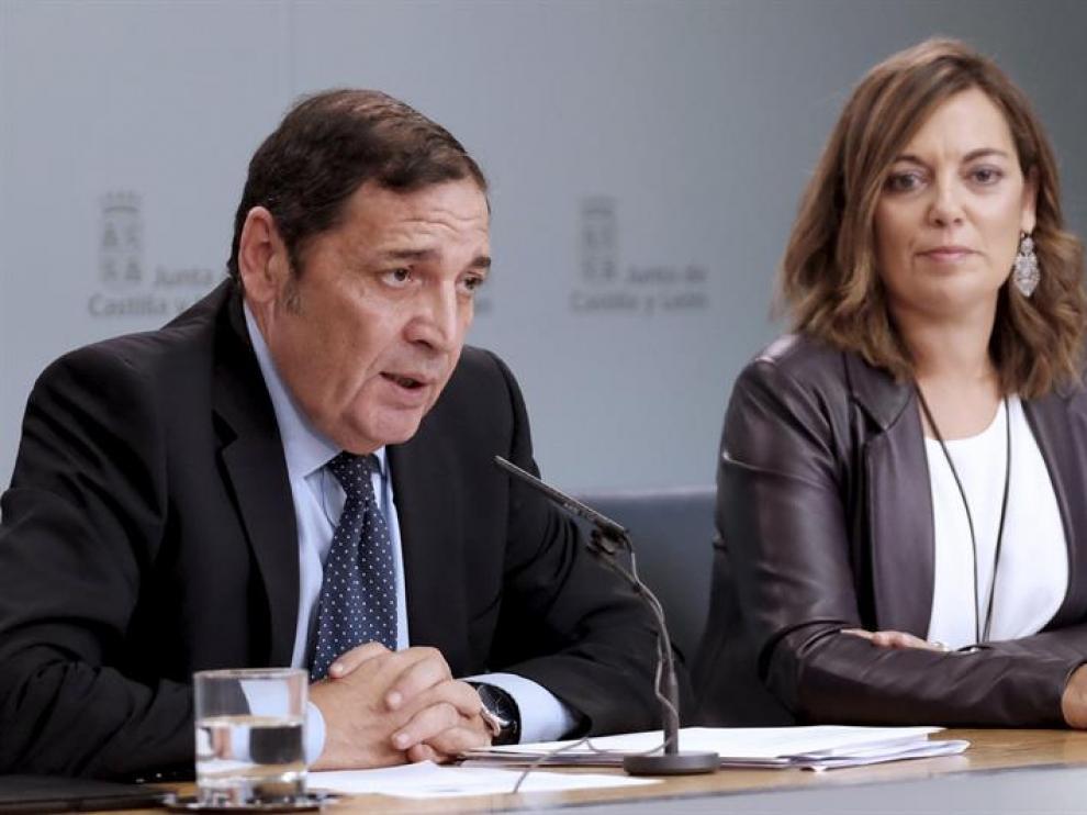 Fotografía facilitada por la Junta de Castilla y León del consejero de Sanidad, Antonio Sáez Aguado (i), y la portavoz y consejera de Agricultura, Milagros Marcos (d),