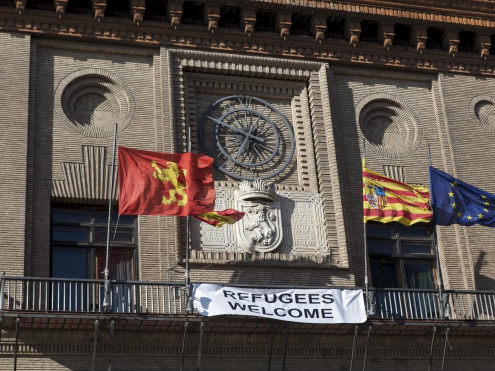 Imagen de archivo de la pancarta de bienvenida a los refugiados en el Ayuntamiento de Zaragoza.