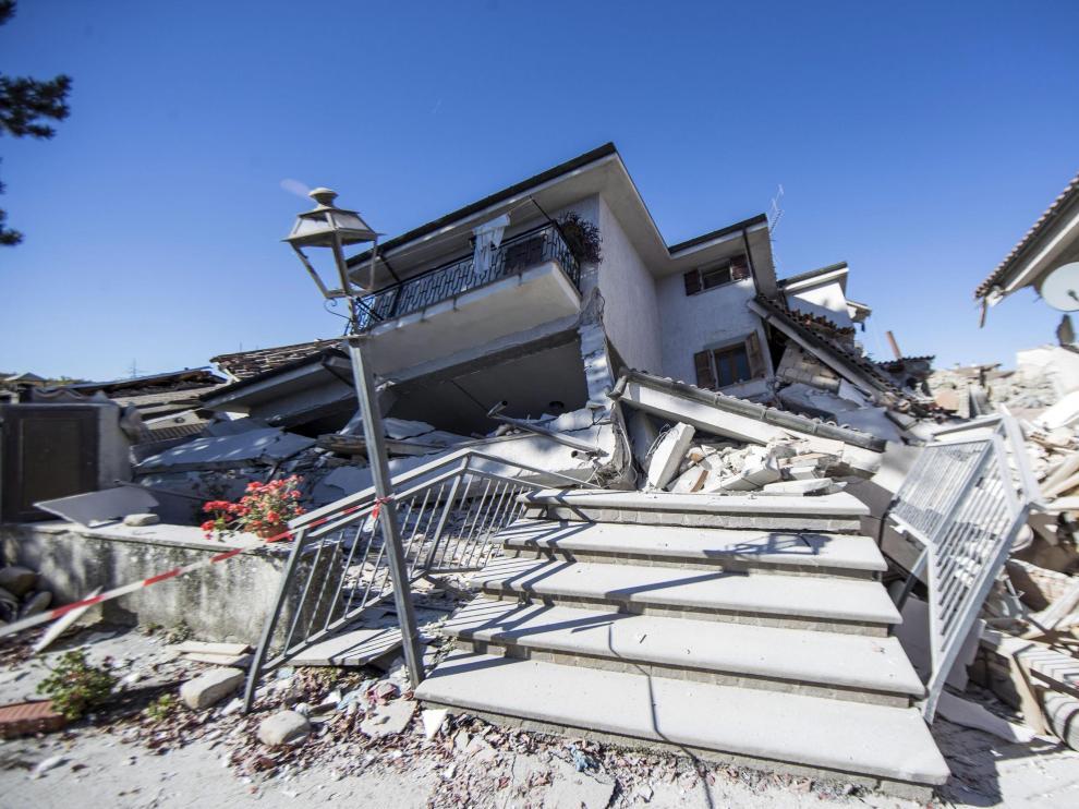 Edificios destruidos en la localidad de Amatrice por efecto de los terremotos que sacuden el centro de Italia.