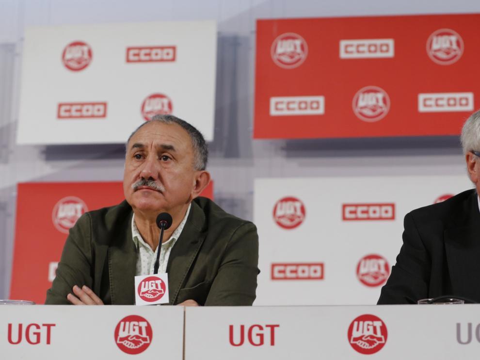 Los secretarios generales de UGT, Pepe Álvarez, y de CC. OO., Ignacio Fernández Toxo, este jueves.