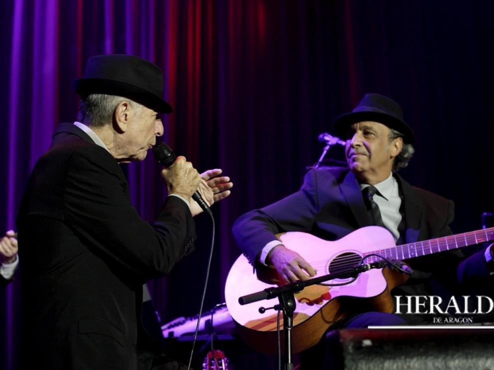 Leonard Cohen y Javier Mas durante un concierto en Zaragoza.