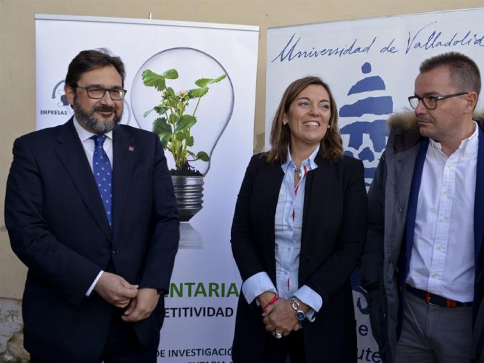 Milagros Marcos (c) junto al vicerrector de Infraestructuras de la UVa, Luis Manuel Navas (i) y el director general de Deporcyl, Daniel Manso (d), antes de presentar el  proyecto Life Ammonia Trapping
