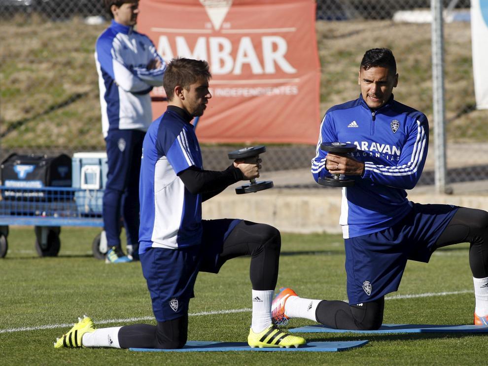 Irueta y Marcelo Silva se ejercitan con pesas en un momento del entrenamiento de ayer.