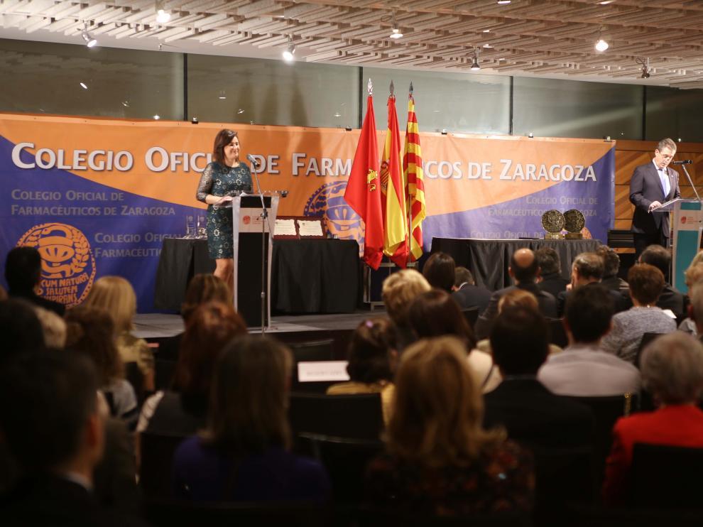 Raquel García, secretaria de la Junta de Gobierno del Colegio de Farmacéuticos, presentó el acto en el hotel Reina Petronila.