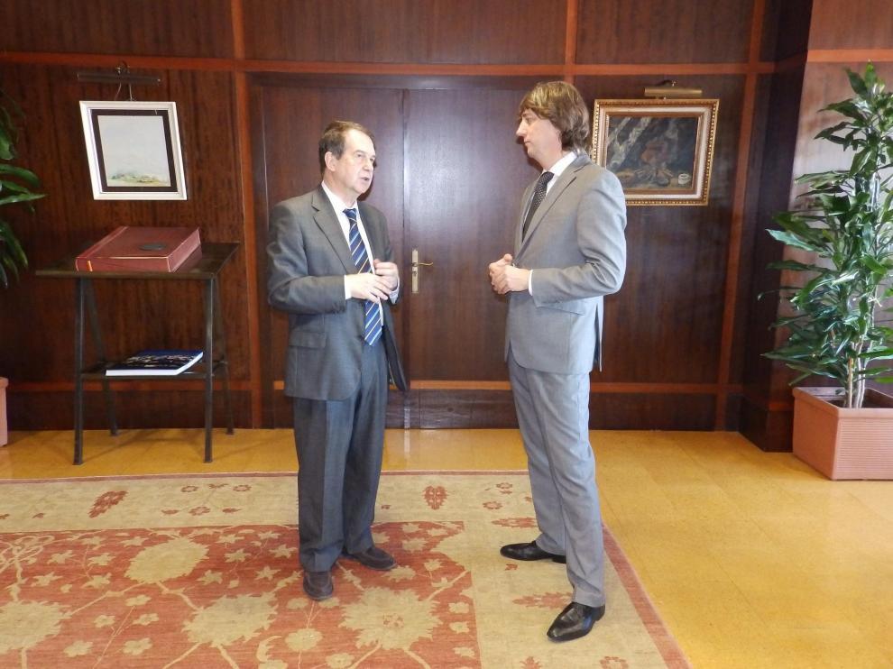 El alcalde de Soria, el socialista Carlos Martínez, con el regidor de Vigo y presidente de la FEMP, Abel Caballero.