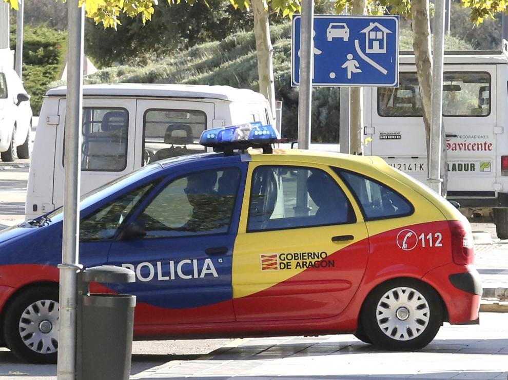 El acusado sale del juzgado en un coche de la Policía autonómica.