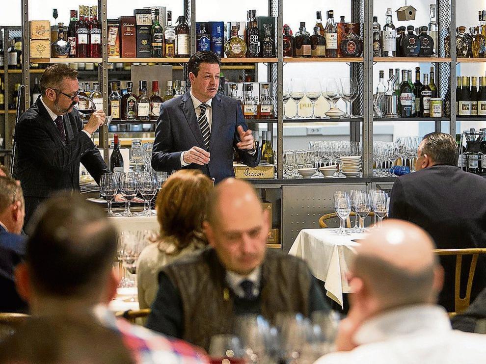 Jesús Solanas y José Ferrer, durante la cata vertical de Gran Vos en el restaurante Absinthium.