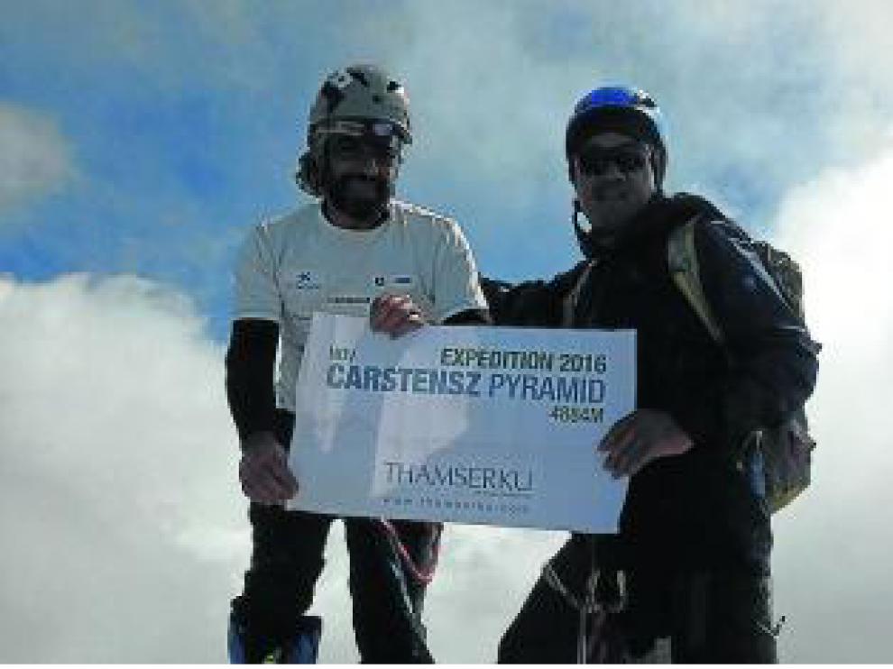 Carlos Pauner, en la cima de la Pirámide Carstensz.