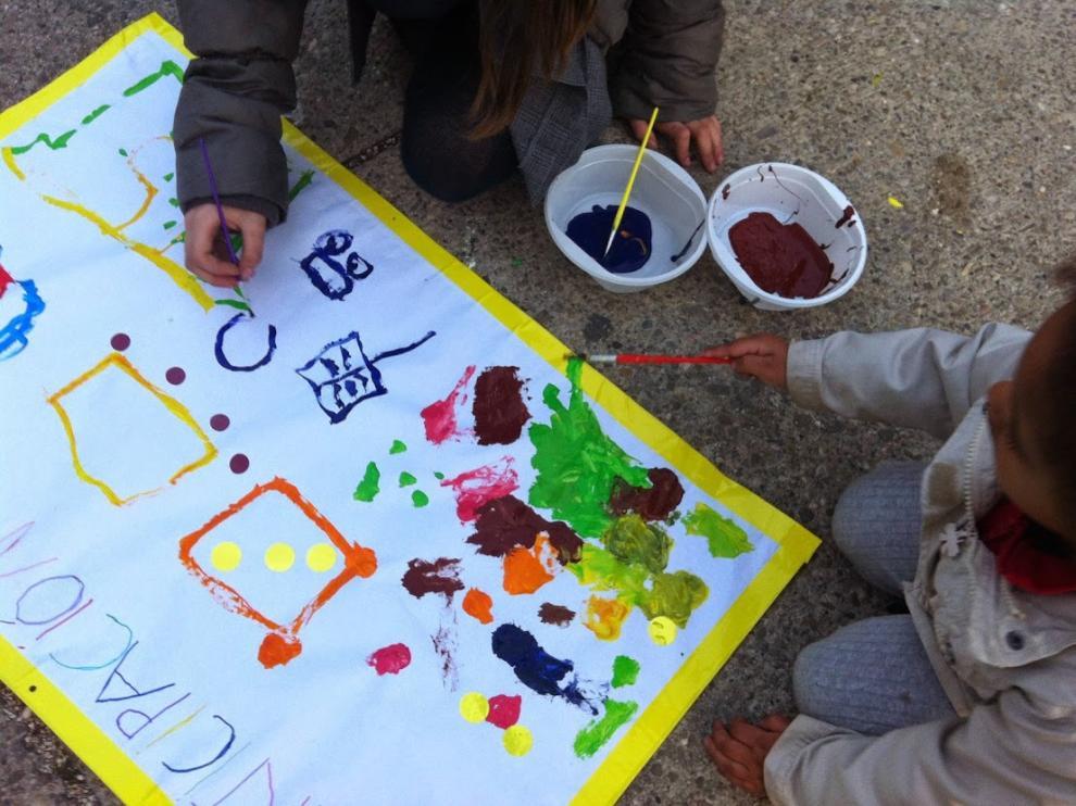 Los niños pintan murales, en una de las actividades de la Semana de la Infancia