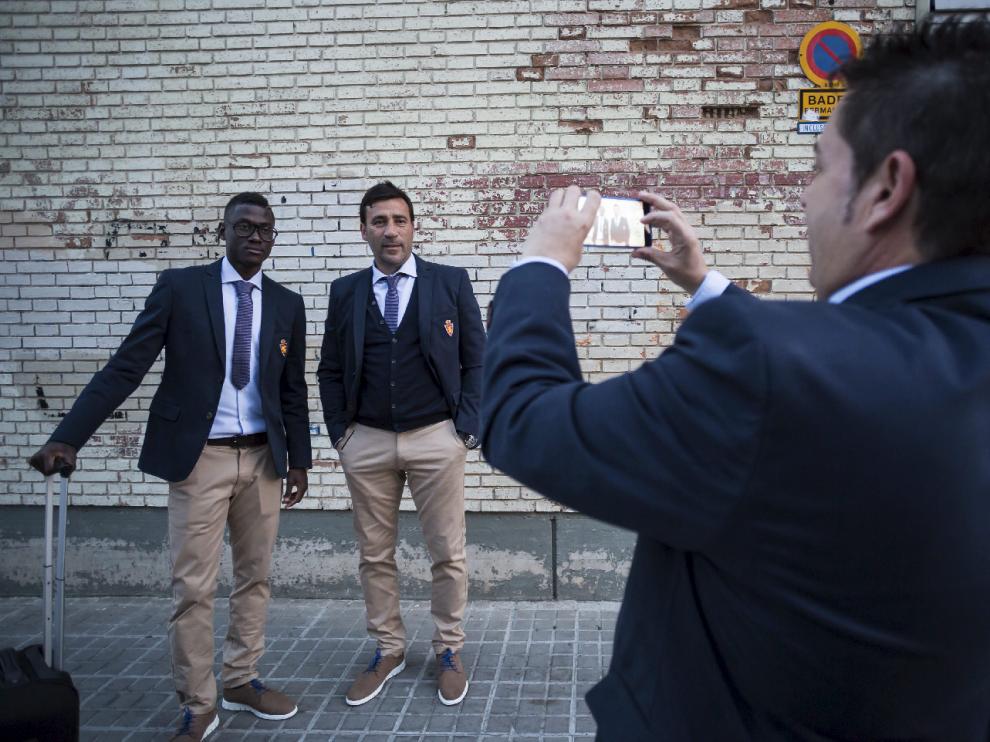 Bagnack, con sus clásicas gafas, posa con el entrenador, Raúl Agné, en la salida del equipo rumbo a Madrid en la tarde de este sábado.