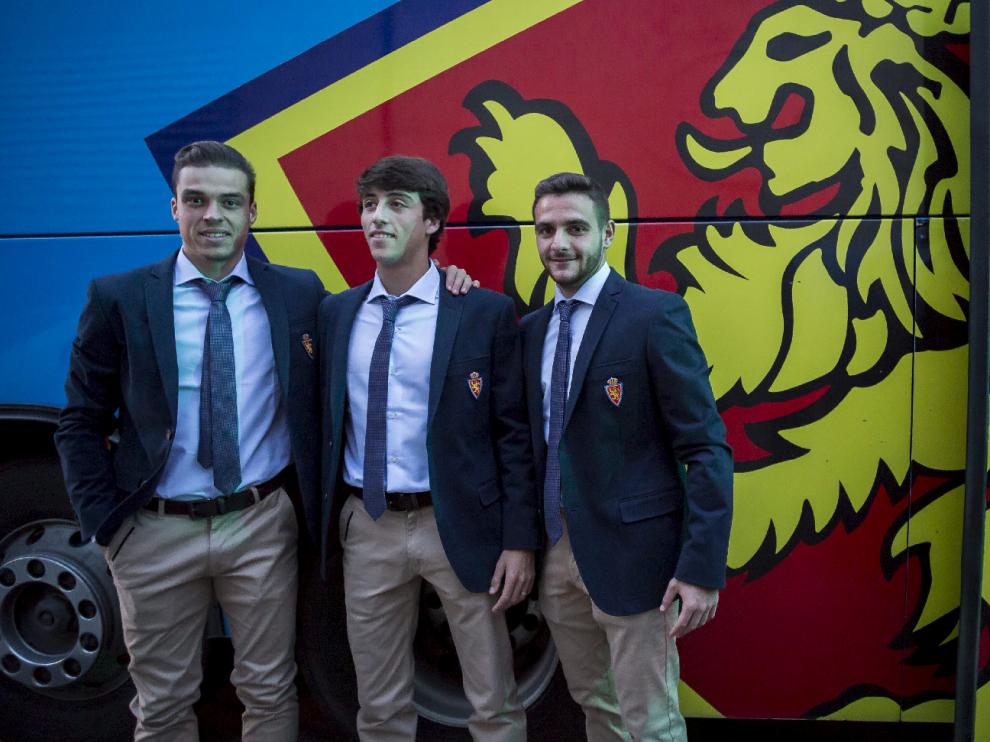 Pombo (i), Delmás(c) y Xiscu (d), posan juntos antes de subir al autocar para iniciar el viaje hasta Madrid en la noche del pasado sábado.