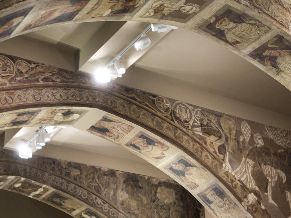 Visitantes del MNAC contemplan las pinturas de Sijena.