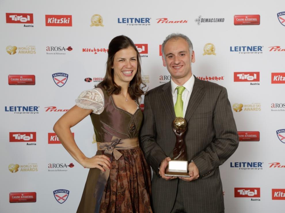 Jaime Río, director márquetin de la estación de Cerler, posa con el premio.