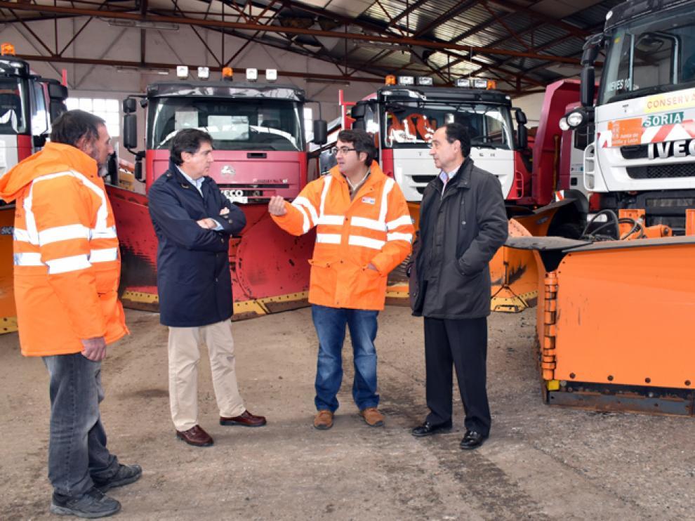 El delegado territorial, Manuel López, con algunos de los responsables del operativo invernal