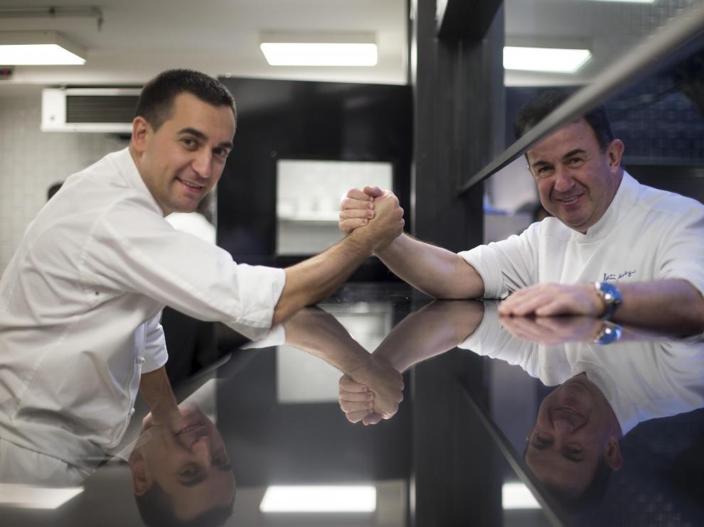 """Martín Berasategui y Paolo Casagrande en el restaurante Lasarte de Barcelona, """"triestrellado"""" en la Guía Michelín."""