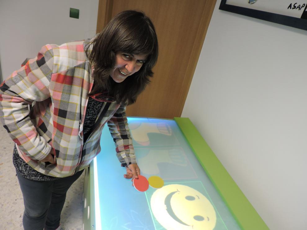Una usuaria, Mamen, jugando con la mesa interactiva.