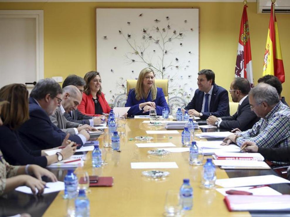 La consejera de Economía y Hacienda, Pilar del Olmo (c), preside una reunión de trabajo sobre el Plan de Dinamización de la Provincia de Soria, este viernes en Valladolid.