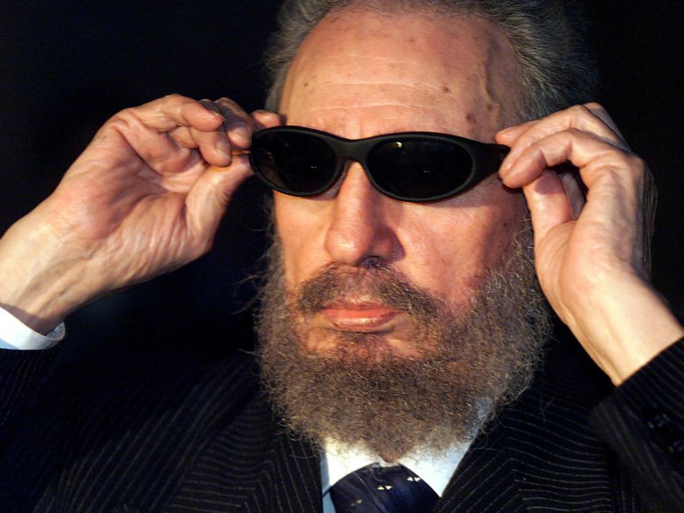 Fidel Castro se puso las gafas del programa 'Caiga quien caiga', en una imagen que fue muy popular en España