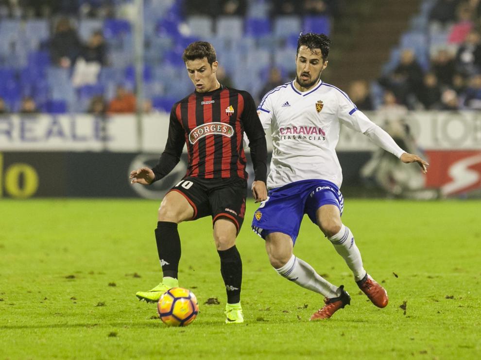 Jorge Casado busca robar la pelota a Ricardo Vaz, jugador del Reus, en el partido del sábado.