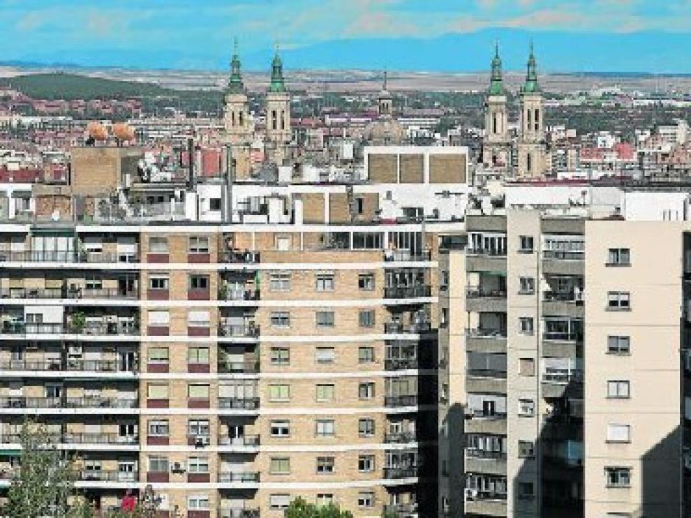 Vista de general de viviendas en Zaragoza capital, con las torres del Pilar al fondo.